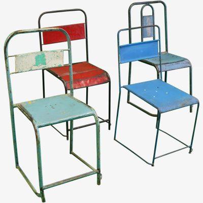 1 rode en 3 blauwe industriële stoelen